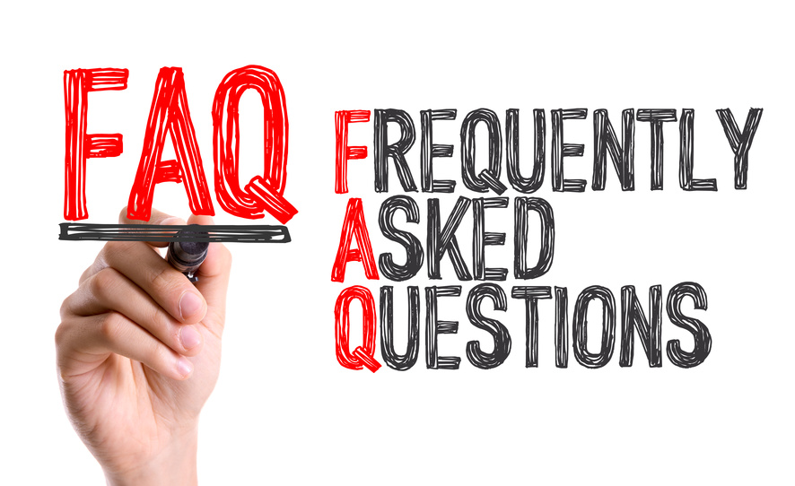 Mano che scrive Frequently Asked Questions con un d evidenziatore